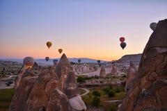Ballons die in de hemel vliegen Stock Foto's