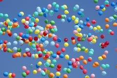 Ballons die in de hemel vliegen Stock Fotografie