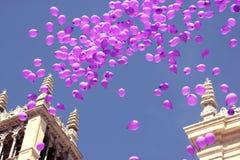Ballons die in hemel in viering vliegen royalty-vrije stock fotografie