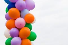Ballons die met de hemel tegenover elkaar stellen Royalty-vrije Stock Fotografie