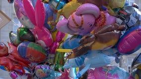 Ballons die in stad vliegen stock footage