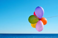 Ballons die van verschillende kleuren in de hemel vliegen Royalty-vrije Stock Foto