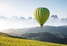 Ballons do ar acima das montanhas nas horas de verão fotografia de stock royalty free
