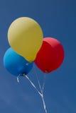 Ballons in drie kleuren en blauwe hemel Royalty-vrije Stock Afbeelding