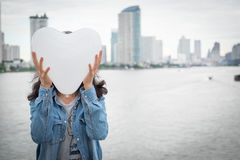 Ballons en forme de coeur dans les mains Images stock