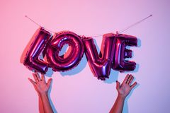 ballons en forme de lettre formant l'amour de mot Photo stock