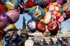 Ballons en het standbeeld van Havis Amanda eerst van Mei-vieringen in Helsinki, Finland Royalty-vrije Stock Foto's