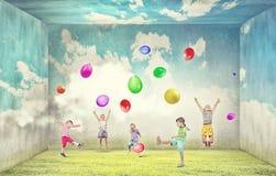 Ballons espiègles de crochet d'enfants Photo stock