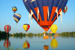 Ballons flottant au-dessus de l'eau image stock