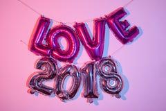 Ballons formant l'amour et le numéro 2018 de mot Photographie stock