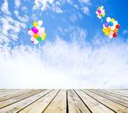 Ballons grönt gräs och himmel Royaltyfria Bilder
