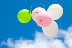 Ballons im Himmel lizenzfreies stockbild