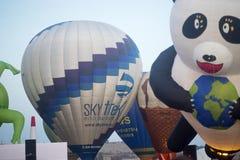 Ballons klaar om vóór zonsopgang op te stijgen Stock Fotografie