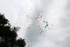 Ballons multicolores qui sont libérés dans le vol gratuit photo stock