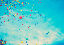 Voler coloré de ballons Photos stock