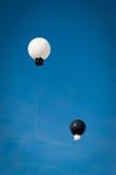 Ballons noirs et blancs abstraits dans le ciel Image libre de droits