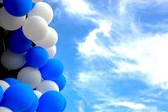 Ballons onder de hemel Stock Foto
