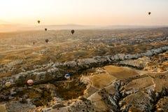 Ballons op een achtergrond van bergen en dageraad in Cappadocia royalty-vrije stock afbeelding
