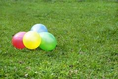 Ballons op een gras Royalty-vrije Stock Foto's
