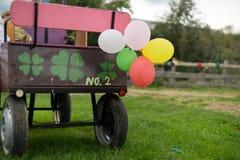Ballons på den häst drog vagnen Royaltyfri Bild