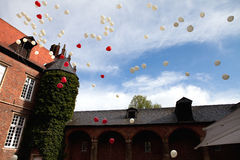 Ballons pilotant le ciel sur le mariage Photographie stock
