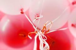 Ballons roses et blancs avec le fond d'hélium Photographie stock
