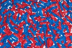 Ballons rouges et bleus d'Uninflated sur le fond blanc Photo libre de droits
