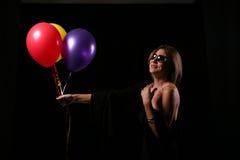 ballons som ler kvinnan Royaltyfria Bilder