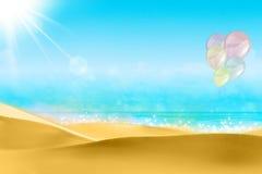 Ballons sur un ciel bleu de plage Image stock