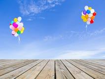 Ballons trägolv och himmel Arkivfoton