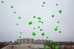 Ballons verts dans la célébration de ciel photo libre de droits
