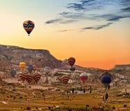 Ballons volant au-dessus de Cappadocia Turquie Photographie stock libre de droits