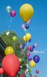 Ballons volant avec des cartes de voeux Images libres de droits