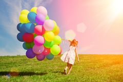 Ballons voor de verjaardag tegen de achtergrond van de hemel en Stock Afbeelding