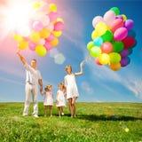 Ballons voor de verjaardag tegen de achtergrond van de hemel en Stock Foto's