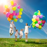 Ballons voor de verjaardag tegen de achtergrond van de hemel en Stock Fotografie