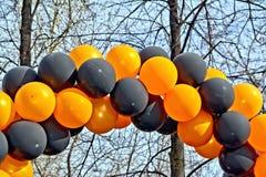 Ballons zwart en oranje met hemel Stock Afbeeldingen