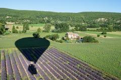Ballonschaduw over lavendelstruiken en groene gebieden van de Provence Stock Foto's