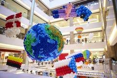 Ballonsdecoratie bij de vlag van het de aardeland van de wandelgalerijgalerij Royalty-vrije Stock Foto's