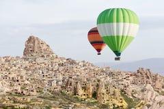 Ballonsvlucht in de zonsopganghemel royalty-vrije stock fotografie