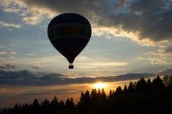 Ballonvlucht bij zonsondergang stock afbeeldingen
