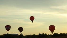 Ballonvlucht boven de grond stock video