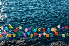 Balloon em uma corda para o jogo de tiro na água fotografia de stock