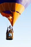 Balloon em voo no festival, Barneveld, Países Baixos imagens de stock