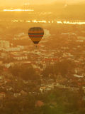 Balloon flying over the city Royalty Free Stock Photos