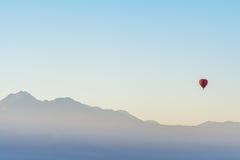Balloon il giro all'alba nel deserto di Atacama, Cile fotografia stock libera da diritti