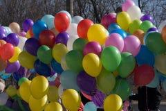 Balloon o amarelo branco da reflexão roxa alaranjada da alegria do feriado imagens de stock royalty free