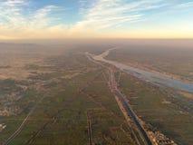 Balloon o voo em Luxor, vista bonita à cidade e em Nile River f imagens de stock