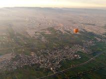 Balloon o voo em Luxor, vista bonita à cidade e em Nile River f imagem de stock