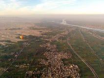 Balloon o voo em Luxor, vista bonita à cidade e em Nile River f imagem de stock royalty free